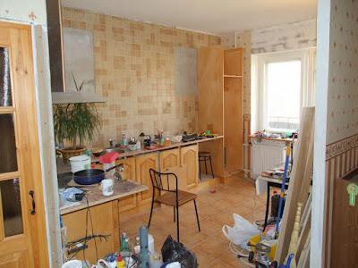 вид на кухню, шкаф холодильника