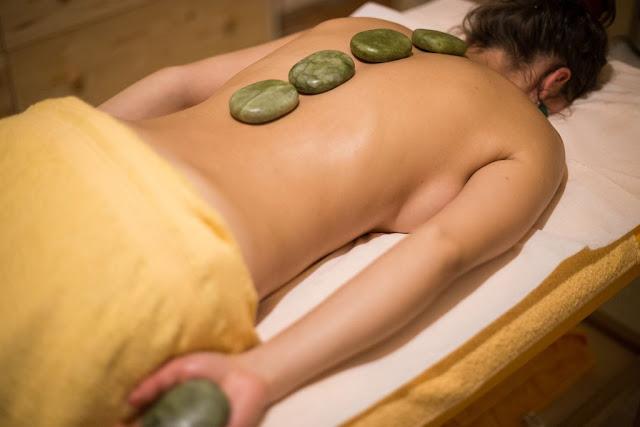 Masaj cu pietre de Jad calde. Detoxifiere naturală. Florin Chindea, maseur autorizat Timişoara. Exemplu pietre de Jad