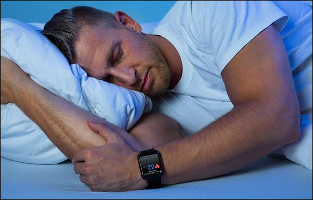 How does a smartwatch know when you sleep?