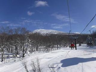 リフトの上から北八甲田連峰の田茂萢岳を眺める
