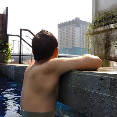 berenang di reddoorz taman lebak bulus