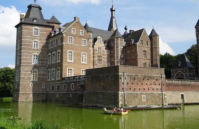 Schloss Merode mit Wassergraben und Ruderboot auf dem 1. Fashion Award