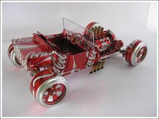 Auto hecho con latas de coca cola recicladas