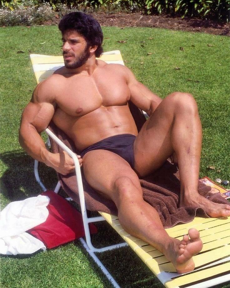 macho en calzoncillos tomando el sol