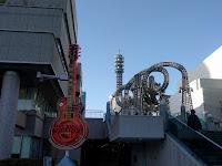 巨大ギターとジェットコースター風のオブジェの並び