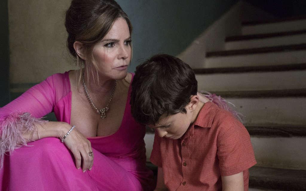 Un joven Patrick y su madre en 'Patrick Melrose'