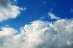 Nachmittag mit weißen Wolken vor blauem Himmel...