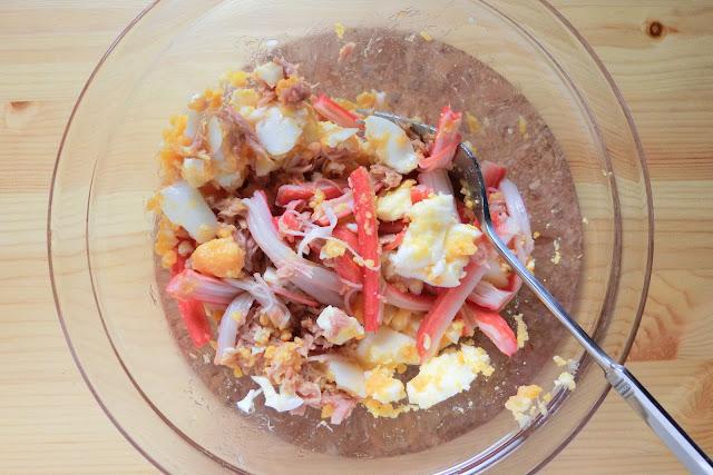 ツナ、かに風味かまぼこを加え、全体に馴染んだらすしのこ、ドライパセリを加えてさらに混ぜ合わせたら完成です。