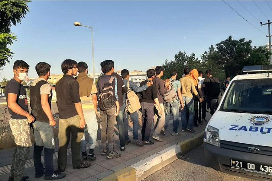 Diyarbakır Bağlar Belediyesi düzensiz göçmenlere yemek ikramında bulundu