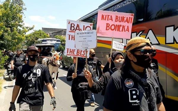 """Ikut Antarkan Bajo Daftar Pilkada Solo, Ribuan Pendukung Bawa Poster """"Kami Bukan Boneka"""""""