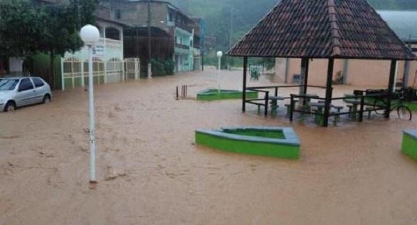 Um temporal: centro de Joanésia é tomado pela água das fortes chuvas