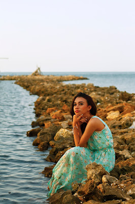 Annisa MAnoarfa manis kulit kuning di pinggir pantai