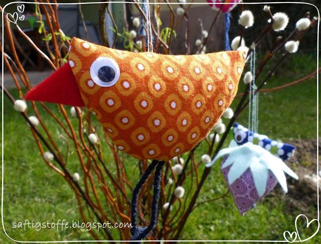 Stoffvogel in orange mit großem Auge