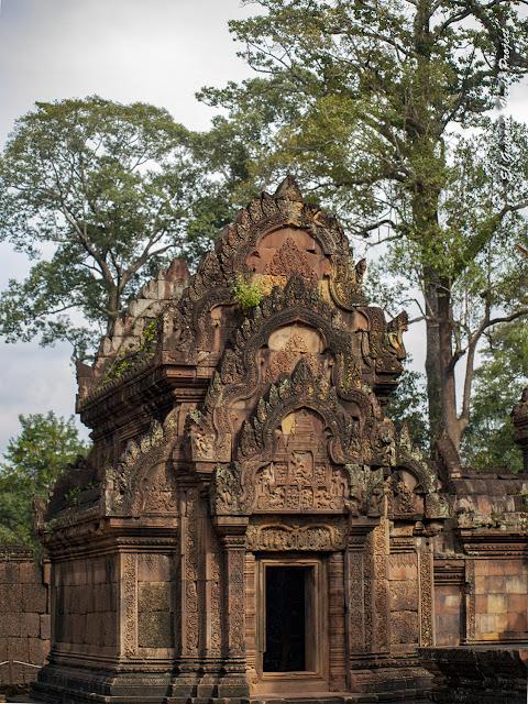 Banteay Srei, Biblioteca Norte, cara sur - Angkor, Camboya por El Guisante Verde Project