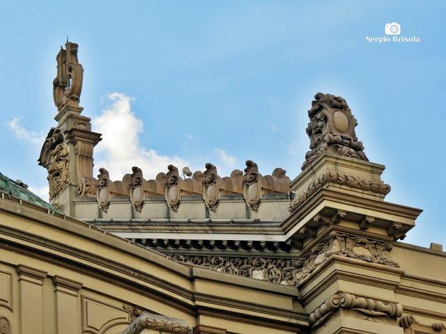 Close-up dos lindos e ricos detalhes dos adornos arquitetônicos do coroamento do Theatro Municipal de São Paulo - República / Centro
