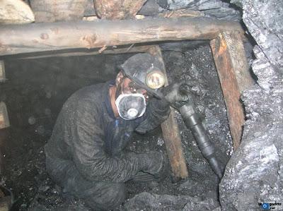 Picador protegiéndose del polvo con una mascarilla