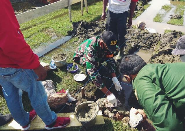 Dedikasi TNI bersama masyarakat dalam pembangunan meunasah Al Muhajirin