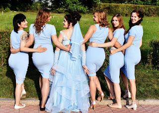 Невеста с подружками в голубых платьях