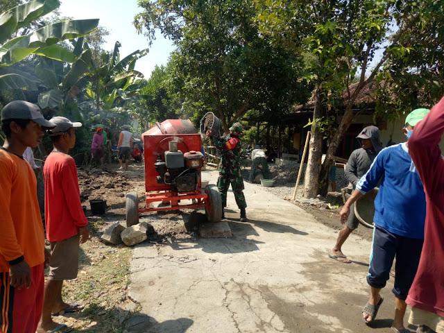 Koramil Cawas Bantu pengecoran jalan Penghubung antar desa