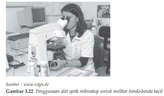 Penggunaan alat optik mikroskop untuk melihat benda-benda kecil