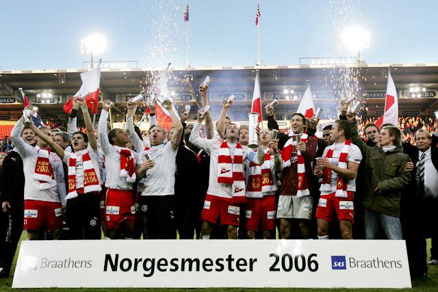 Fredrikstad FK levantando o troféu de campeão da Copa da Noruega de 2006.
