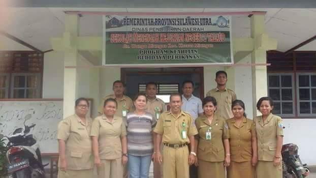 KTU Cabang Dinas Pendidikan Daerah Kabupaten Kepulauan Talaud DR. Sri Ratna Pasiak,MPd saat berfoto dengan beberapa Guru dan honorer di Miangas.
