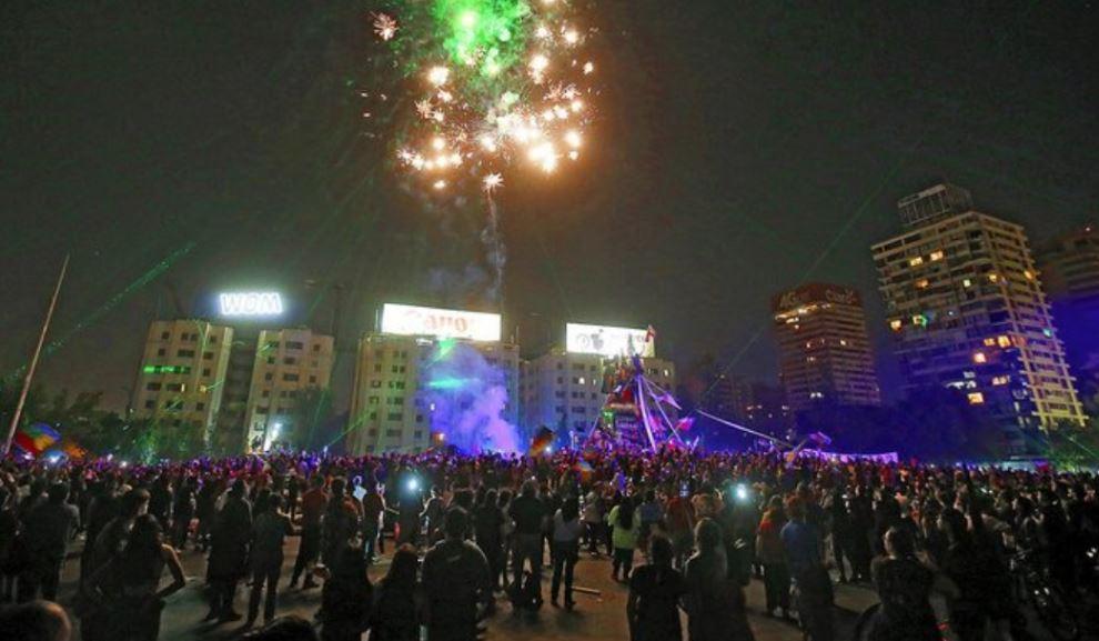 Multitudinario y pacífico festejo de Año Nuevo en Plaza Italia
