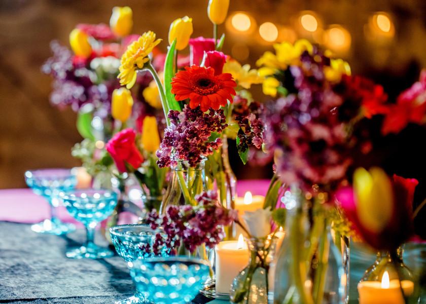 Kolorowa aranżacja stołów weselnych.