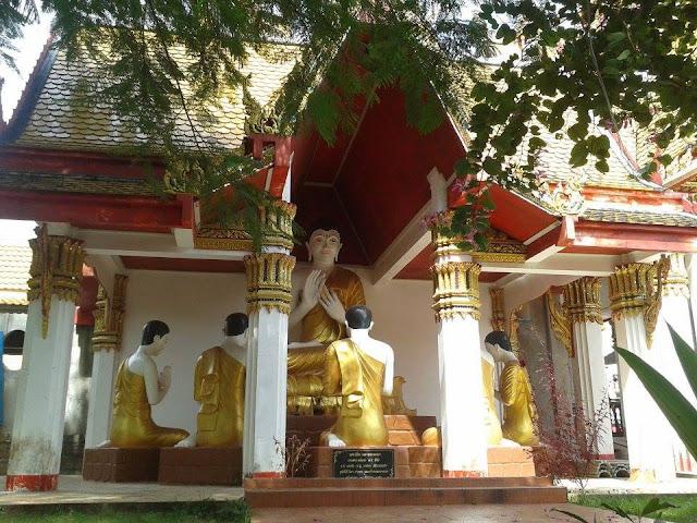 พระพุทธรูปโปรดปัญจวัคคีทั้ง 5 หน้าทางเข้าอุโบสถ