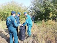 Вооружившись перчатками и пакетами огнеборцы, почистили берег реки Пышма от пластмассы, бутылок и другого мусора, где часто отдыхают граждане.