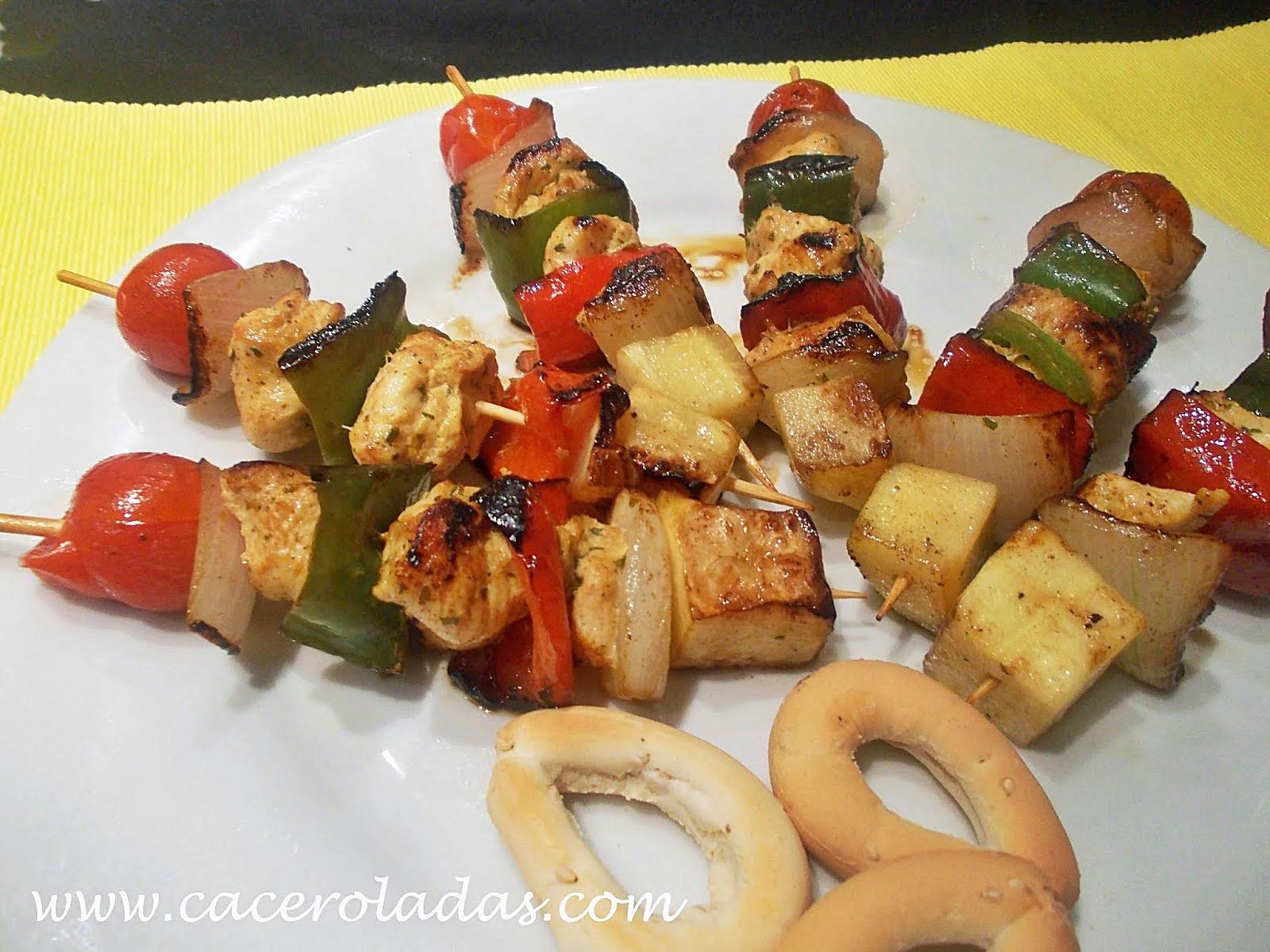 Brochetas de pollo marinado con verduras caceroladas - Como preparar pinchos de pollo ...