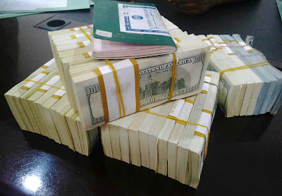 Man Arrested Trying To Smuggle $375,000 Out of Nigeria (Photos)