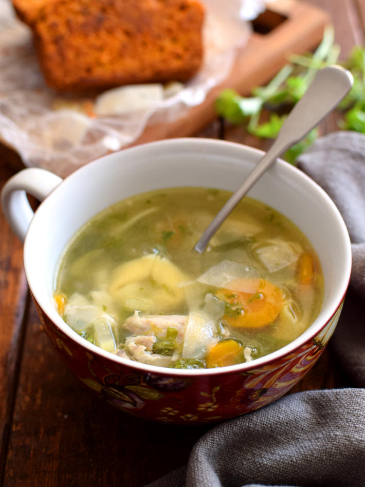 Sopa de pollo casera con tortellinis en lugar de fideos