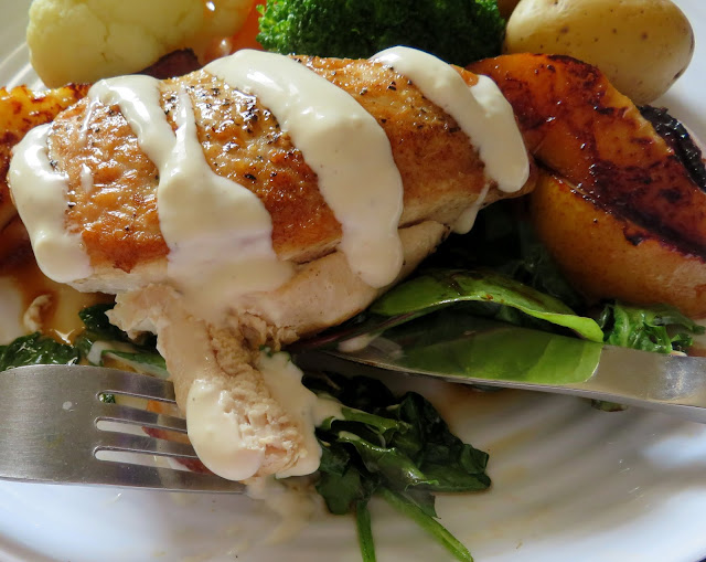 Chicken with  Baby Greens, Pears & Blue Cheese