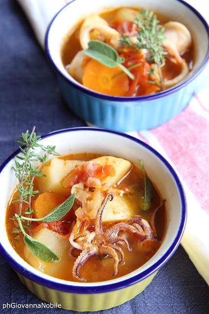 Zuppa di calamari e patate novelle con pomodorini
