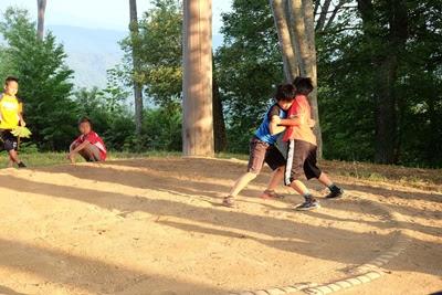 高津屋森林公園の土俵 相撲を取る子供達