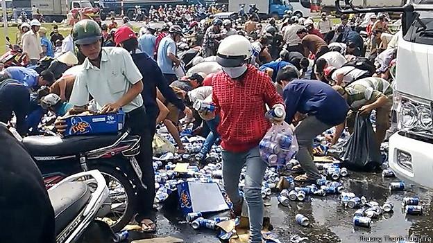 """Sài Gòn: Hàng chục người lao vào """"hôi bia"""" giữa quận 1, tài xế buồn bã bỏ đi - H3"""