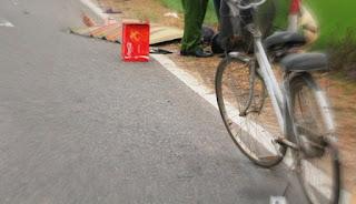 Bình Định: Đi xe đạp qua đường, 1 phụ nữ bị xe máy tong t.u v.o.n.g