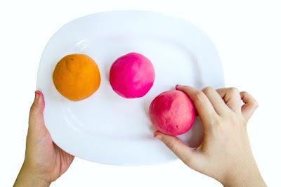 FUN KID PROJECT: TURN CANDY INTO PLAY DOUGH!  {This dough has such a fun texture!  Good luck putting it down} #playdough #playdoughrecipe #peepsplaydough #eastercraftsforkids