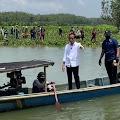 Luar Biasa, Presiden Jokowi Naik Perahu Khusus untuk Sapa Warga Cilacap