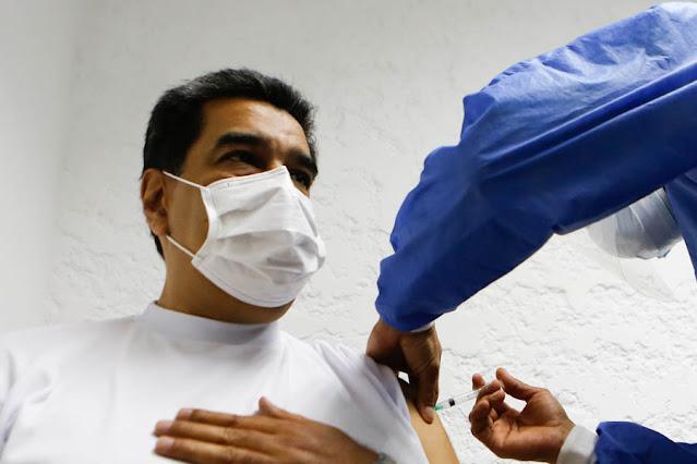 """El presidente de la República, Nicolás Maduro, recibió este sábado la primera dosis de la vacuna rusa Sputnik-V contra el COVID-19 desde el Palacio de Miraflores, ubicado en Caracas, luego de ser vacunado el personal de salud y otros sectores priorizados  """"Ya hemos vacunado al personal médico y como lo dije al pueblo le estoy cumpliendo. ¡Vamos a vacunarnos!"""",  manifestó el Jefe de Estado.  El Mandatario reafirmó su confianza con el antiviral ruso, cuya efectividad supera el 90% de acuerdo con un estudio publicado en la revista médica británica The Lancet.  Además, Nicolás Maduro manifestó tener plena confianza por las vacunas desarrolladas también por países como China y Cuba.  En este contexto, reiteró que producto del bloqueo ilegal que mantiene el gobierno de los Estados Unidos sobre Venezuela se ha dificultado la adquisición de mayor cantidad de dosis anti COVID-19.  """"Nos tienen secuestrado todo el dinero del mundo, hicimos un acuerdo con la Organización Panamericana de la Salud y la Organización Mundial de la Salud para que liberarán 300 millones del oro que nos tienen secuestrado en Inglaterra y no han hecho nada, pero vamos a garantizar todas las vacunas para el pueblo de Venezuela"""", aseveró el Dignatario.  El proceso de inmunización fue sencillo. Maduro ofreció sus datos personales para completar la tarjeta de vacunación, luego ingresó a la sala donde se le colocaría la inyección y aguardó durante los 15 minutos reglamentarios para constatar que no existiesen efectos secundarios.  En la jornada, también se inmunizó la primera combatiente de la República, Cilia Flores.  Esta vacuna corresponde al lote de las 100.000 dosis arribadas el sábado 13 de marzo al Aeropuerto Internacional de Maiquetía «Simón Bolívar», de La Guaira, en una aeronave del Consorcio Venezolano de Industrias Aeronáuticas y Servicios Aéreos (Conviasa).  En 21 días, el Dignatario completará la inmunización con la segunda dosis del antígeno desarrollado por el Centro Nacional de Investigació"""