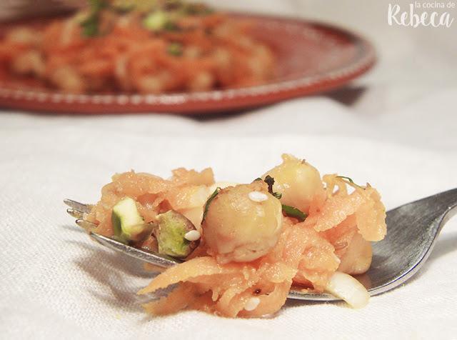 Ensalada de garbanzos especiados, zanahoria y pistachos