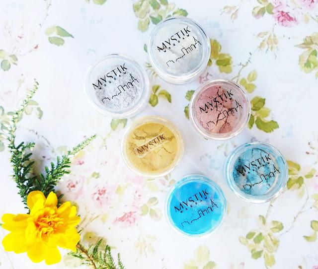 pigmenty do oczu Mystic Warsaw, pyłki do oczu, Kontigo, jak nakładać pigmenty, Mystic Warsaw, cienie do oczu, makijaż, pigmenty, pyłki, niebieski makijaż, makijaż z użyciem niebieskich cieni
