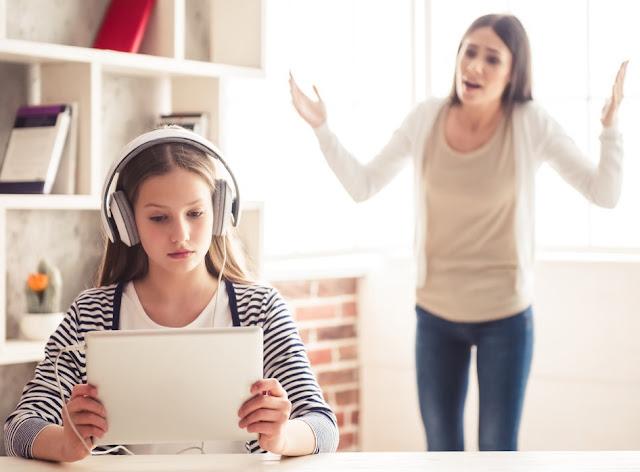 Una madre che urla a sua figlia che sta ascoltando musica con le cuffie