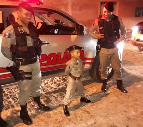 Em Delmiro Gouveia, policiais do  9º Batalhão participam de festa de aniversário de criança fã da Corporação