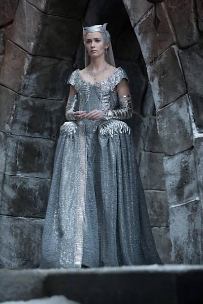 Freya foto de corpo inteiro em seu castelo de gelo