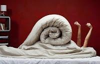 скрученная постель в кровати