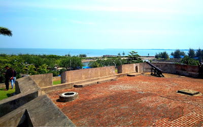 pemandangan indah pantai Bengkulu dari atas benteng marlborough