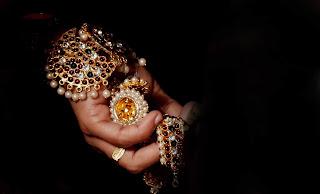 orang orang sangat tertarik membeli berlian