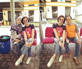 Erdik dan Istri berfoto dengan artis FTV